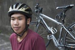 Adolescente en casco de la bicicleta Imagen de archivo libre de regalías