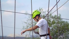 Adolescente en casco en el teleférico Fotografía de archivo