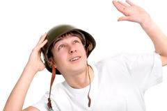 Adolescente en casco militar Imagenes de archivo