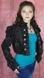 Adolescente en chaqueta cosechada negro Fotos de archivo