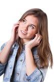 Adolescente en chaqueta del dril de algodón que escucha la música Imagenes de archivo
