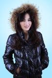 Adolescente en chaqueta del invierno con el casquillo de la piel Imagen de archivo