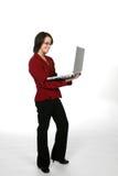 Adolescente en chaqueta roja del asunto con la computadora portátil Fotos de archivo