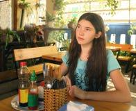 Adolescente en cierre asiático del cafee encima de la foto Fotos de archivo