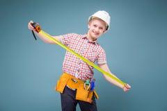 Adolescente en cinta de la camisa de tela escocesa, de los vaqueros, de la correa y del control del casco Imagen de archivo
