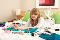 Adolescente en clavos desordenados de la pintura del dormitorio Foto de archivo libre de regalías
