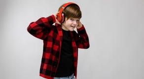 Adolescente en clother y auriculares de moda Imagen de archivo libre de regalías