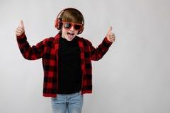 Adolescente en clother y auriculares de moda Fotografía de archivo