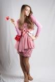 Adolescente en color de rosa con el corazón de la felpa Imágenes de archivo libres de regalías