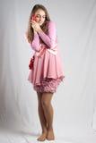 Adolescente en color de rosa con el corazón de la felpa Fotos de archivo