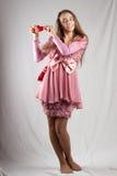 Adolescente en color de rosa con el corazón de la felpa Fotografía de archivo libre de regalías