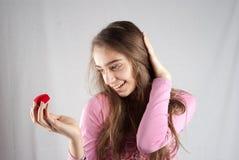 Adolescente en color de rosa con el corazón de la felpa Fotos de archivo libres de regalías