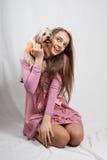Adolescente en color de rosa con el yorkie Fotos de archivo libres de regalías