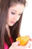 Adolescente en color de rosa con la mitad de la naranja Foto de archivo libre de regalías