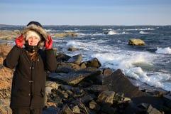 Adolescente en costa de mar tempestuosa Fotografía de archivo