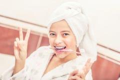 Adolescente en cuarto de baño con el cepillo de dientes Mañana y de la igualación Imágenes de archivo libres de regalías