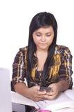 Adolescente en cuestión Texting Imagenes de archivo
