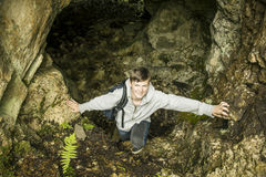 Adolescente en cueva Imagenes de archivo