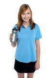 Adolescente en deportes desgaste la presentación con una botella de agua Foto de archivo