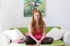 Adolescente en dormitorio Foto de archivo libre de regalías