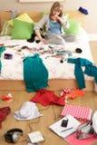 Adolescente en dormitorio desordenado Imágenes de archivo libres de regalías