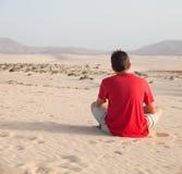 Adolescente en dunas Fotos de archivo libres de regalías