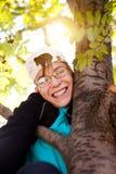 Adolescente en el árbol Fotografía de archivo libre de regalías