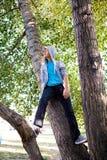 Adolescente en el árbol Fotos de archivo libres de regalías