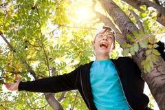 Adolescente en el árbol Foto de archivo
