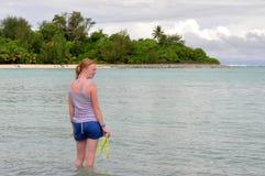 Adolescente en el agua en una playa Imagen de archivo