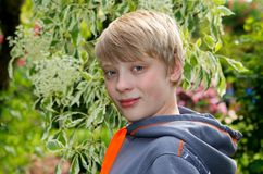 Adolescente en el ambiente natural Foto de archivo