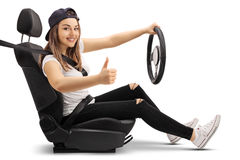Adolescente en el asiento de carro que hace el pulgar encima de la muestra Fotos de archivo libres de regalías