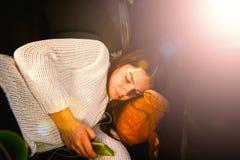 Adolescente en el asiento trasero de un coche Fotos de archivo libres de regalías