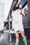 Adolescente en el baile blanco del vestido en la calle Foto de archivo libre de regalías