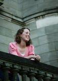 Adolescente en el balcón foto de archivo