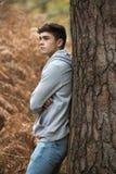 Adolescente en el bosque en un día del otoño Imágenes de archivo libres de regalías