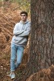 Adolescente en el bosque en un día del otoño Imagenes de archivo