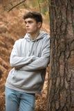 Adolescente en el bosque en un día del otoño Imagen de archivo