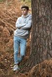 Adolescente en el bosque en un día del otoño Imagen de archivo libre de regalías