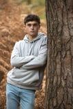 Adolescente en el bosque en un día del otoño Fotografía de archivo libre de regalías