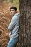 Adolescente en el bosque en un día del otoño Fotos de archivo