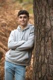 Adolescente en el bosque en un día del otoño Foto de archivo