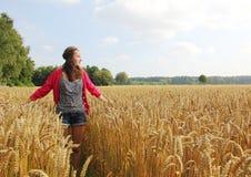 Adolescente en el campo de maíz Imagen de archivo