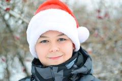Adolescente en el casquillo Santa Claus al aire libre Imágenes de archivo libres de regalías