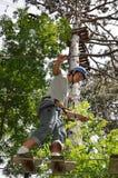 Adolescente en el curso de las cuerdas Fotos de archivo