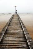 Adolescente en el embarcadero viejo del mar Imágenes de archivo libres de regalías