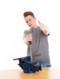 Adolescente en el entrenamiento profesional con la escofina y el pulgar para arriba imagen de archivo