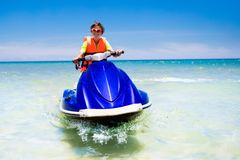 Adolescente en el esquí del jet Esquí acuático adolescente del muchacho de la edad Imágenes de archivo libres de regalías
