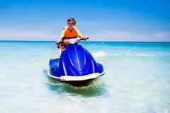 Adolescente en el esquí del jet Esquí acuático adolescente del muchacho de la edad Imagen de archivo libre de regalías