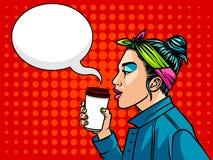 Adolescente en el estilo 90s que bebe un café Imagen de archivo